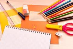 Divers accessoires d'école sur le bureau De nouveau à l'école E Photographie stock libre de droits
