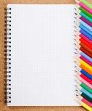 Divers accessoires d'école sur le corkboard Photographie stock libre de droits