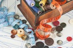 Divers accessoires de couture dans l'arrangement Photographie stock
