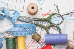 Divers accessoires de couture dans l'arrangement Photographie stock libre de droits