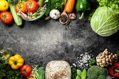 Divers aliment biologique de légumes frais pour sain sur le dos rustique image stock