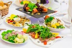 Divers apéritifs froids sur le buffet : fruits de mer, légumes, viande, délicatesses images stock