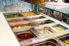 Divers articles sains de comptoir à salades de fruit frais et de légume Jus de fruits frais au marché Photographie stock