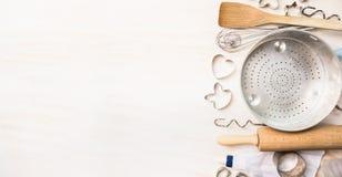 Divers bak hulpmiddelenselectie voor Pasen-steun met koekje of koekjessnijder in vorm van konijntjes en harten op witte houten ba Stock Fotografie
