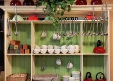 Divers beaux accessoires se tenant sur l'étagère et le placard dans la cuisine confortable Conservation de vaisselle de cuisine É photo libre de droits
