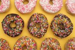 Divers bestrooi Donuts stock foto's