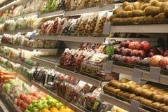 Divers bevroren voedsel bij supermarktgeval Stock Afbeelding