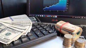 Divers billets de banque de monnaie fiduciaire sur la fin de table  Calculs financiers, argent et hexagrams photo stock