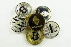 Divers bitcoin de crypto-courants, lightcoin, ethereum sur un fond blanc images libres de droits