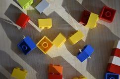 Divers blocs de lego de couleur sur la table photos libres de droits