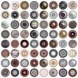 Divers boutons de couture d'isolement sur le blanc Le méga a placé de l'ensemble rond de bouton en métal réaliste illustration 3D Image libre de droits