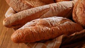 Divers brood en gehele tarwe stock videobeelden