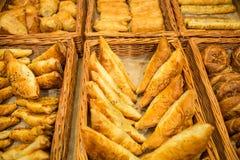 Divers broodtype op plank in Bakkerijwinkel royalty-vrije stock afbeelding