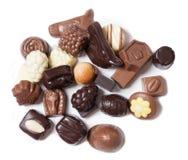 Divers chocolats sur le fond blanc - nourriture douce Image libre de droits