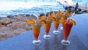 Divers cocktails ou jus exotiques frais en verre avec la paille sur la barre de plage l'Egypte, la Mer Rouge banque de vidéos
