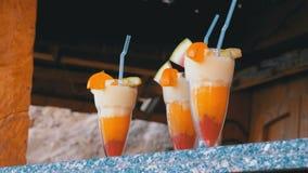 Divers cocktails ou jus exotiques frais en verre avec la paille sur la barre de plage l'Egypte, la Mer Rouge clips vidéos