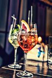 Divers cocktails sur la barre dans le café, restaurant photographie stock libre de droits