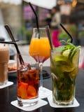 Divers cocktails sur la table d'une barre photos stock