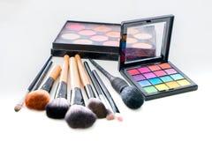Divers composez la brosse avec pour composer les produits et le cosme de crayons correcteurs Photo stock