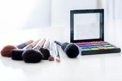 Divers composez la brosse avec pour composer les produits et le cosme de crayons correcteurs Photo libre de droits