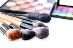 Divers composez la brosse avec pour composer les produits et le cosme de crayons correcteurs Image stock