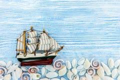 Divers coquillages avec le bateau sur le fond en bois rustique bleu Photos libres de droits