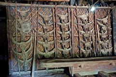 Divers crânes animaux, décoration pour le longhouse, Longwa, Nagaland, Inde photos libres de droits