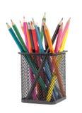 Divers crayons de couleur dans le récipient noir en métal photo libre de droits