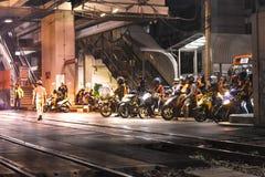 Divers de l'arrêt de motocyclette au feu de signalisation attendant le passage de train à Bangkok Thaïlande photographie stock libre de droits