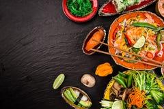 Divers des repas asiatiques sur le fond rustique, vue supérieure, endroit pour le texte Images libres de droits