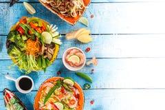 Divers des repas asiatiques sur le fond rustique, vue supérieure, endroit pour le texte Images stock
