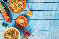Divers des repas asiatiques sur le fond rustique, vue supérieure, endroit pour le texte Image stock