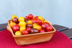 Divers des tomates-cerises colorées dans une cuvette en céramique Photographie stock