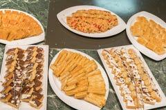Divers desserts dans le restaurant Composition des desserts de pâtisserie de diverses saveurs, de saveurs et de couleurs Les pâti photo stock