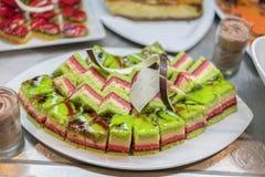 Divers desserts dans le restaurant Composition des desserts de pâtisserie de diverses saveurs, de saveurs et de couleurs Les pâti image stock