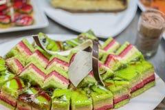 Divers desserts dans le restaurant Composition des desserts de pâtisserie de diverses saveurs, de saveurs et de couleurs Les pâti photos libres de droits