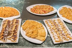 Divers desserts dans le restaurant Composition des desserts de pâtisserie de diverses saveurs, de saveurs et de couleurs Les pâti photographie stock libre de droits
