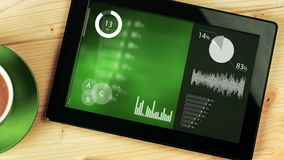 Divers diagrammes animés d'Infographics sur la tablette de Digital placée sur le bureau clips vidéos