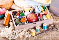 Divers fils et outils de couture dans la boîte Photographie stock