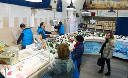 Divers fruits de mer frais en boutique de Pescheria Bari, Italie Image stock