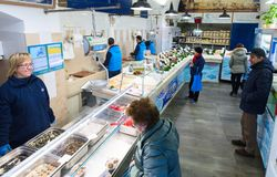 Divers fruits de mer frais en boutique de Pescheria Bari, Italie Images libres de droits