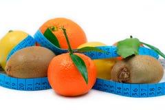 Divers fruits enroulés autour d'une bande photo libre de droits