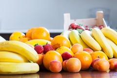 Divers fruits frais à la table Photos stock