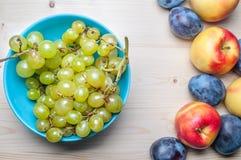 Divers fruits frais sur la table en bois Images libres de droits