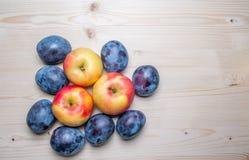 Divers fruits frais sur la table en bois Image libre de droits