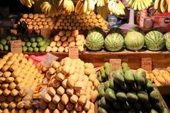 Divers fruits sur le marché de nuit - Kota Kinabalu Sabah Borneo Malaysia Asie photos libres de droits