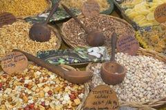 Divers genres de noix sur le marché. Image stock