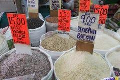 Divers genres de riz sur le panier à vendre photographie stock