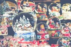Divers globes de neige de Noël à un marché de Noël à Berlin, G Image libre de droits