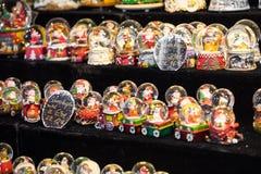 Divers globes de neige de Noël à un marché de Noël à Berlin, G Images libres de droits